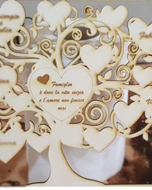 Albero della vita con incisioni personalizzabili in legno di pioppo da 3mm, è un regalo unico e prestigioso che riesce a lasciare il segno in ogni evento. E' possibile incidere nel cuore centrale una frase e nei 3 cuori grandi dei nomi in base alla lunghezza degli stessi.