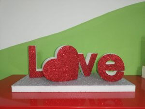 Scritta LOVE in polistirolo ECO 150 spessore 5cm con glitter a scelta da tavolo, idea regalo per san Valentino con cuore personalizzabile.