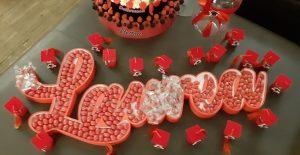 Maxi portaconfetti 100cm di larghezza per una Laurea con confetti rossi