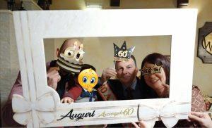 Allestimento compleanno 60 anni elegante a tema Oro e Nero con cornici selfie